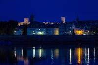 Arles de nuit avec reflets des lampadaires sur le Rhône
